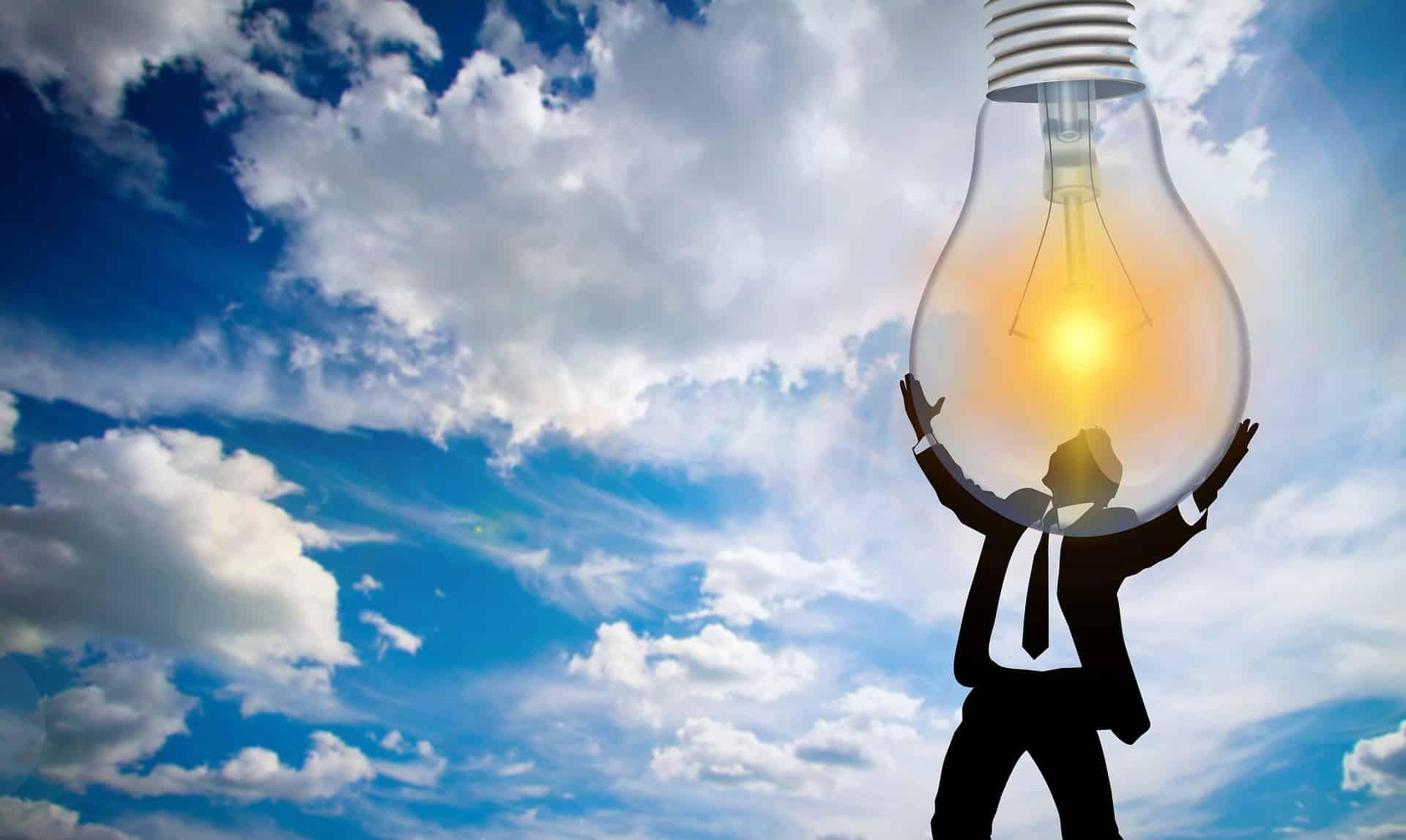 Un business-man portant une ampoule