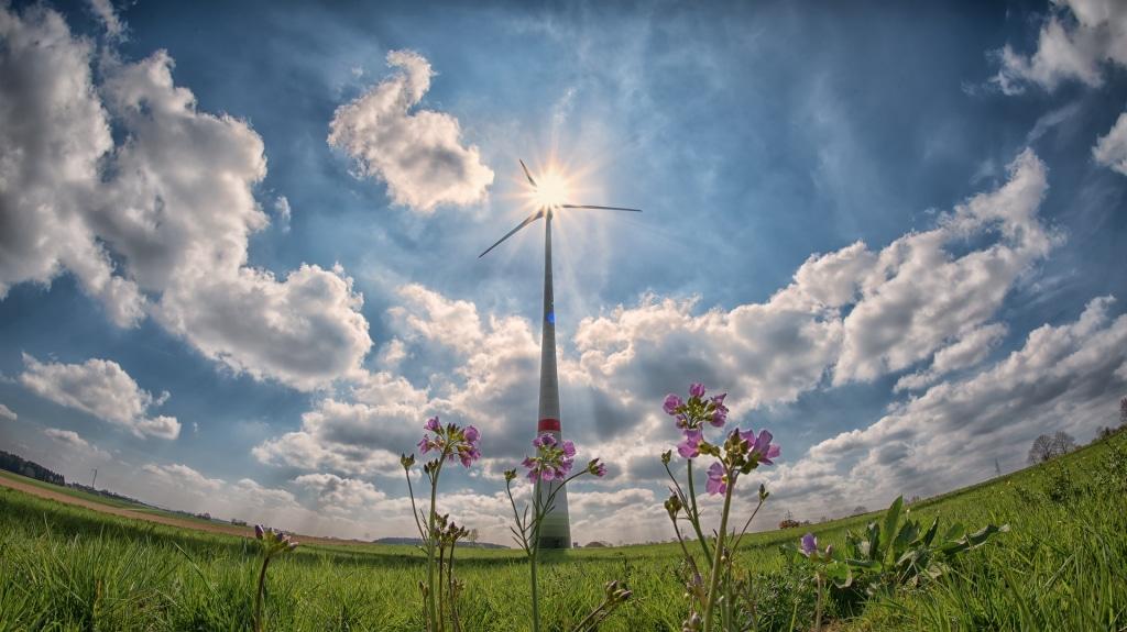 Une éolienne en marche dans un paysage de campagne