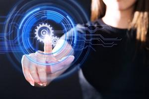 Femme touchant du bout du doigt un écran tactile design avec cercle bleu