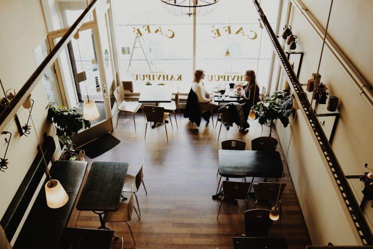 La salle d'un joli restaurant-café