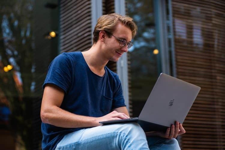 Jeune homme devant son PC