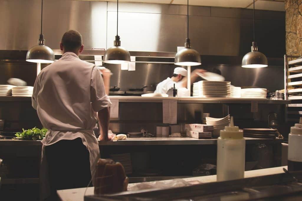 Un chef travaillant dans la cuisine d'un restaurant