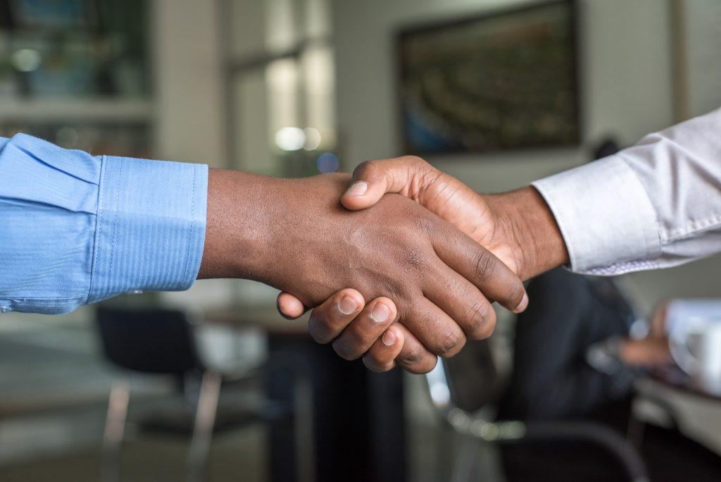 interim deux hommes se sert la main